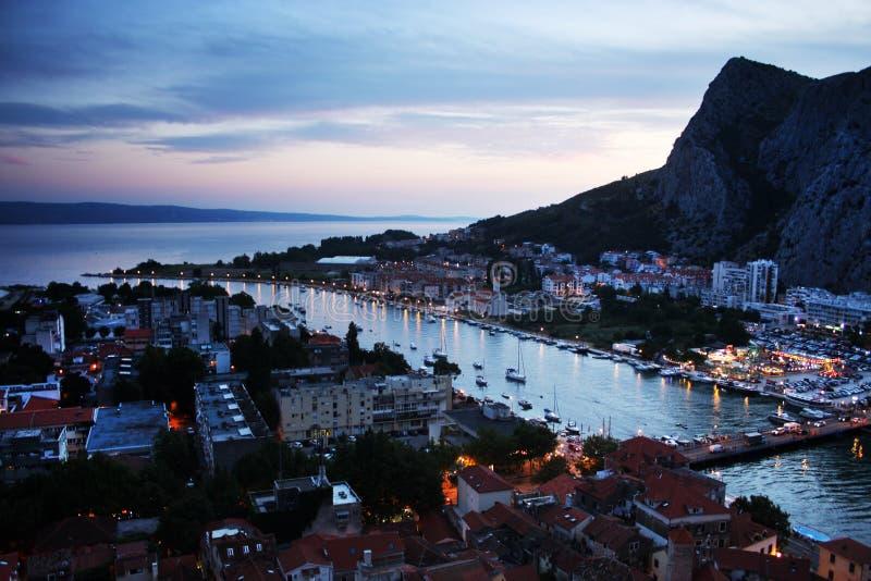 La noche en Omis, Croacia imagen de archivo