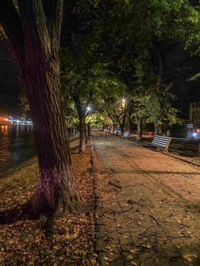La noche en una pequeña ciudad llamó Uzhgorod imagen de archivo