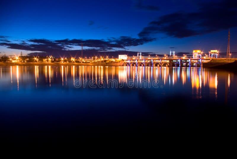 La noche enciende la presa hidroeléctrica foto de archivo libre de regalías