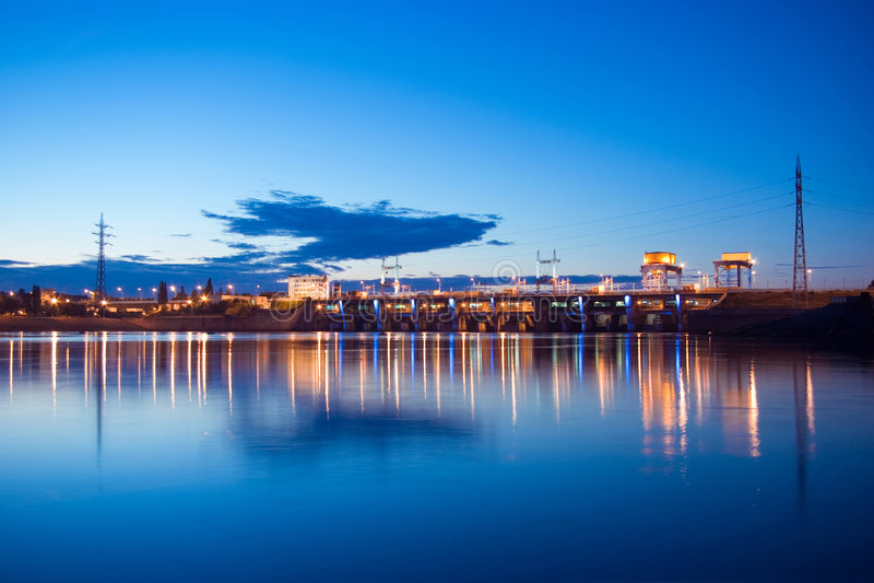 La noche enciende la presa hidroeléctrica en el río de Dniper imagen de archivo libre de regalías