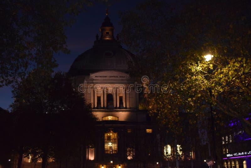 La noche está viniendo a Londres Pero usted puede disfrutar de bonita vista imagenes de archivo