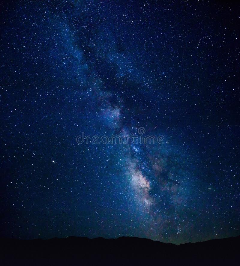 La noche imponente tiró de la vía láctea del punto de Zabriskie en el parque nacional de Death Valley foto de archivo