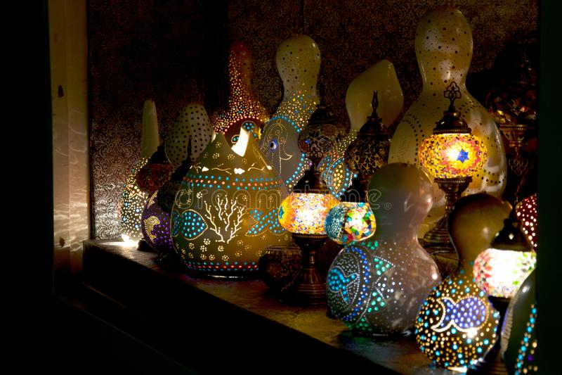 la Noche-luz punteó las lámparas coloridas en un fondo oscuro fotos de archivo libres de regalías