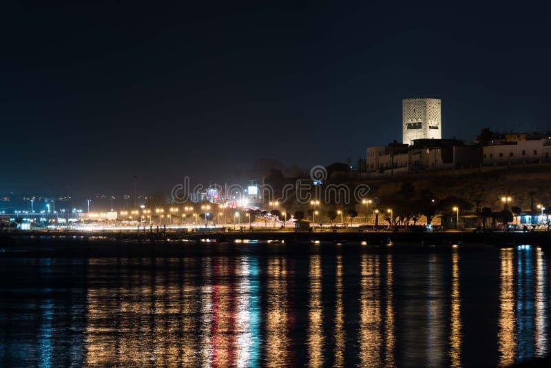 La noche se enciende en Rabat, Marruecos de la bahía fotografía de archivo
