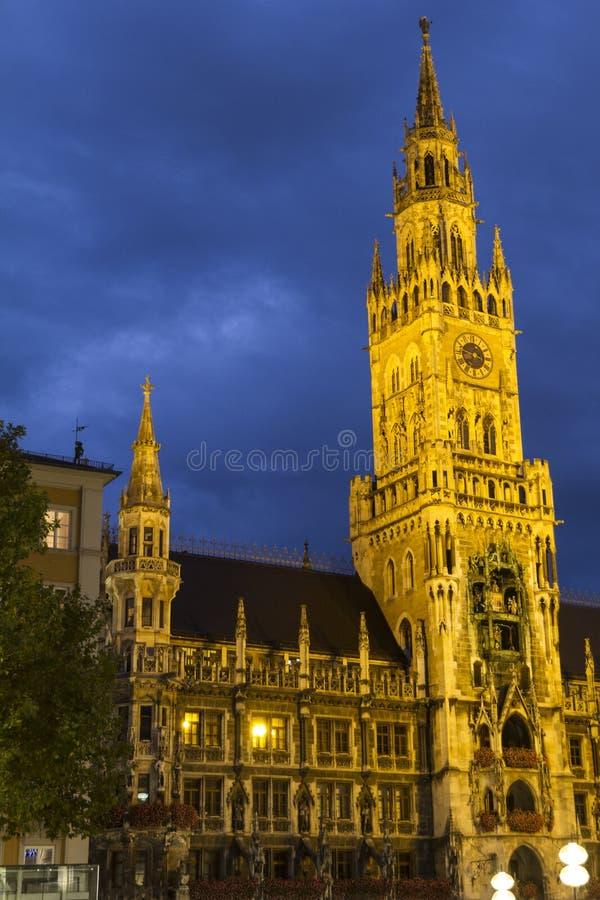 La noche tiró el ayuntamiento de Marienplatz y de Munich, Neues Rathaus, en Munich fotos de archivo libres de regalías