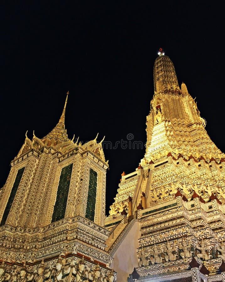 La noche ve a Wat Arun Temple en Bangkok Tailandia imagen de archivo