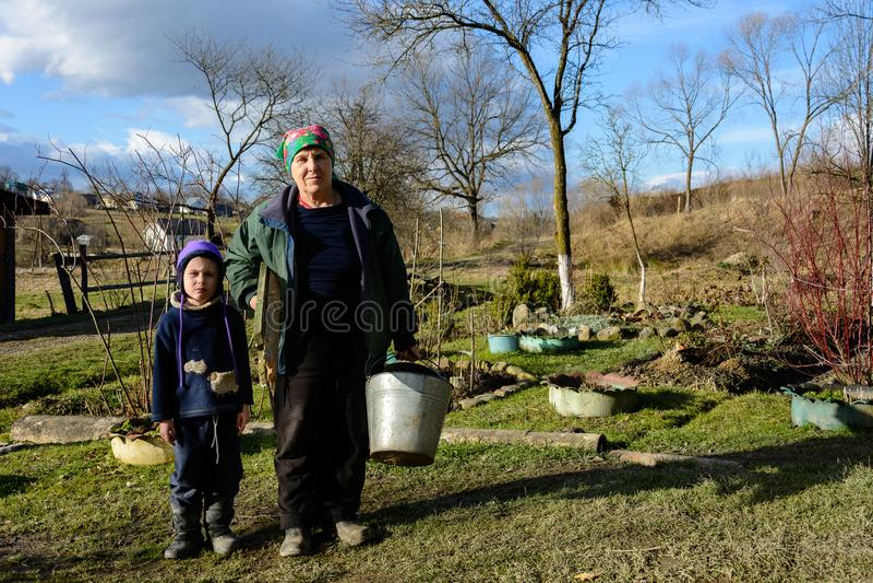 La nonna è un nipote di una delle molte famiglie povere in Ucraina fotografia stock libera da diritti