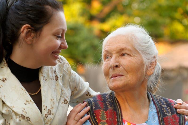 La nonna con la nipote immagine stock