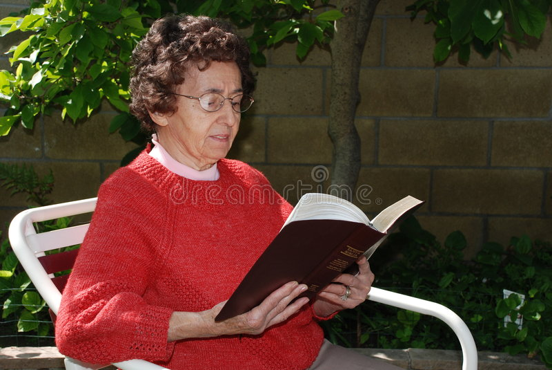 La nonna legge la bibbia fotografie stock