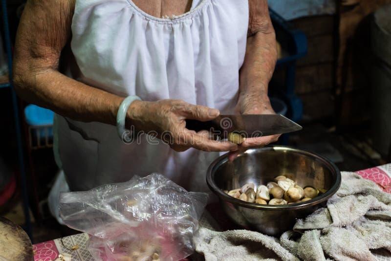 La nonna sta cucinando la cena fotografie stock libere da diritti