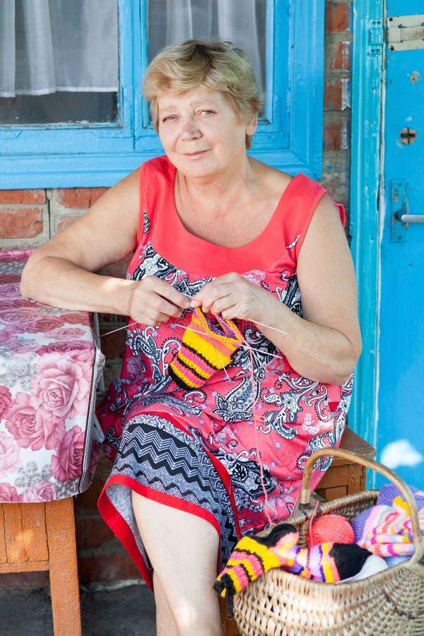 La nonna tricotta fotografie stock