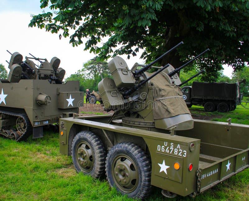 La Normandia, Francia; 4 giugno 2014: La Normandia, Francia; 4 giugno 2014: U d'annata S camion dell'esercito WWII antiaereo su e immagini stock libere da diritti