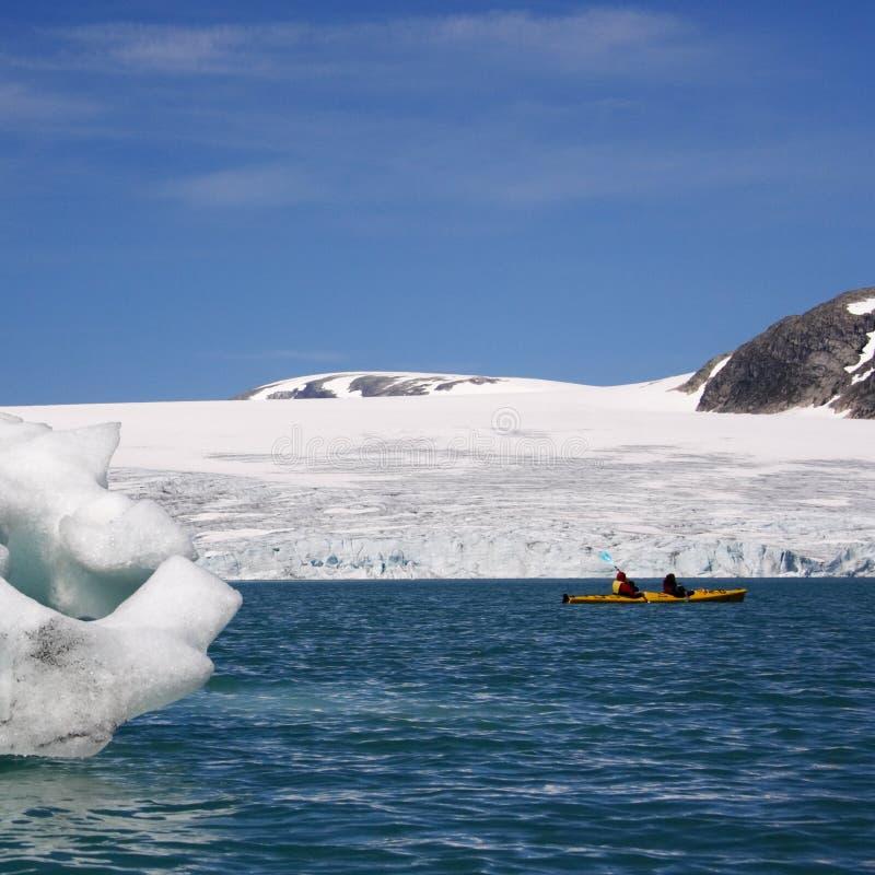 La Norvège : Kayak près de glacier photographie stock