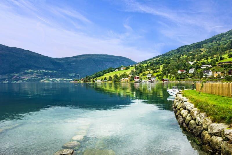 La Norvegia, lanscape Villaggio norvegese dei fiordi Olden di estate fotografie stock libere da diritti