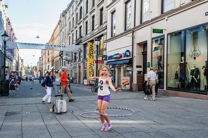 La Norvegia, Oslo 1? agosto 2013 Dancing della ginnasta della ragazza nel quadrato con Oslo Reddito supplementare per lo studente immagine stock libera da diritti