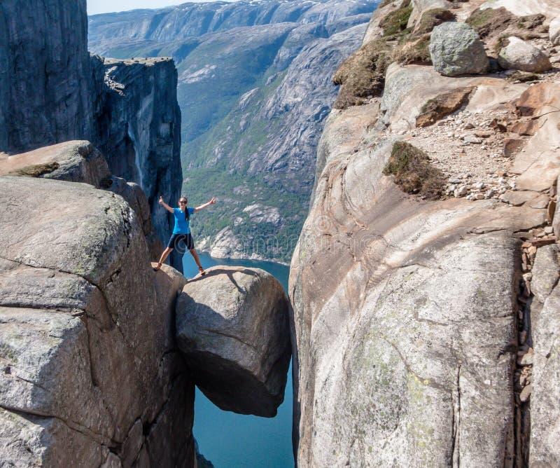 La Norvegia - una condizione della ragazza su Kjerag con la vista su Lysefjorden immagini stock