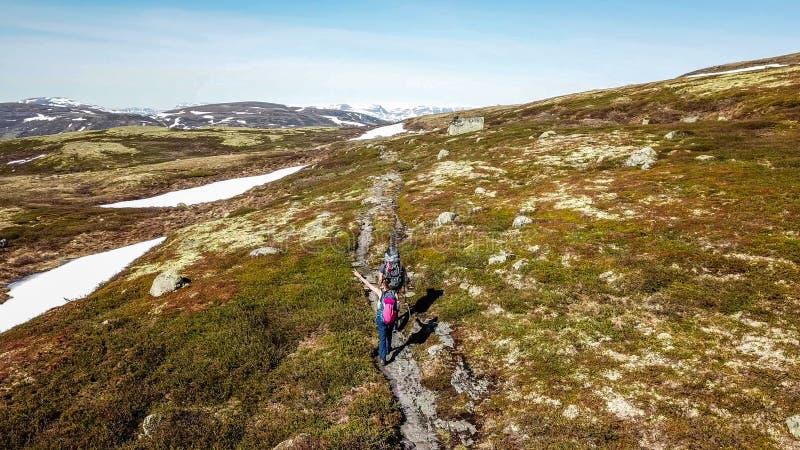 La Norvegia - una coppia che fa un'escursione nel plateau dell'altopiano fotografia stock