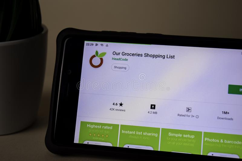La nostra applicazione dello sviluppatore delle drogherie sullo schermo di Smartphone La lista di acquisto è un web del freeware fotografie stock libere da diritti