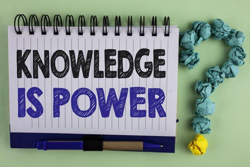 La nota de la escritura que muestra conocimiento es poder El aprendizaje de exhibición de la foto del negocio le dará ventaja sob imágenes de archivo libres de regalías