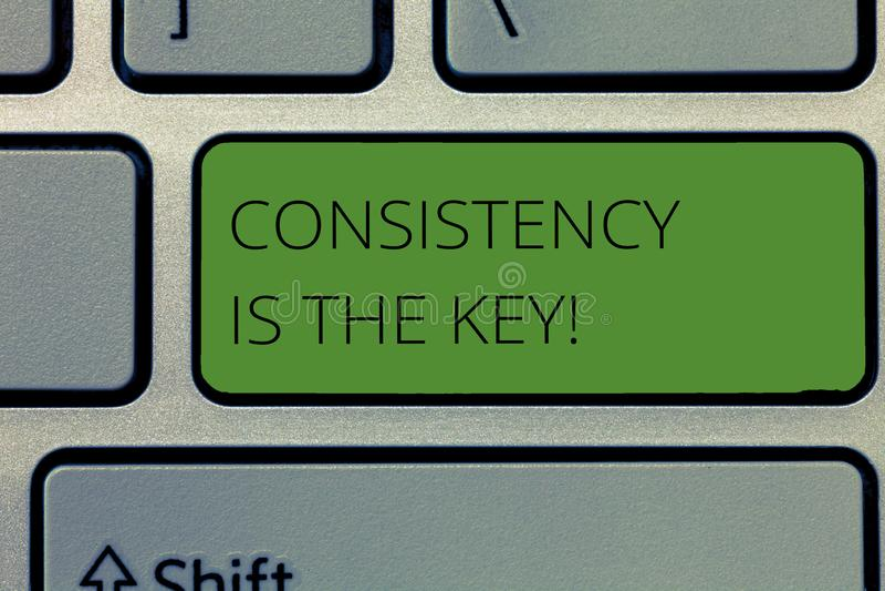 La nota de la escritura que muestra consistencia es la llave Foto del negocio que muestra el esmero completo a una tarea un hábit foto de archivo libre de regalías