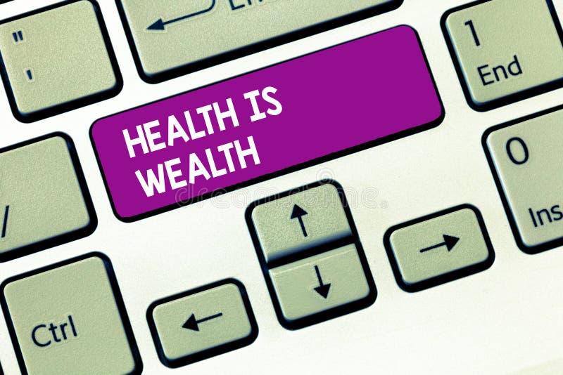 La nota de la escritura que muestra salud es riqueza La foto del negocio que muestra siendo sana es más importante que siendo ric fotografía de archivo libre de regalías