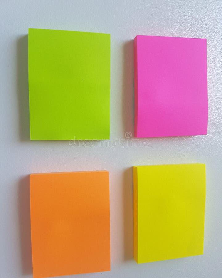 La nota del color recuerda Cuatro pegamentos foto de archivo libre de regalías