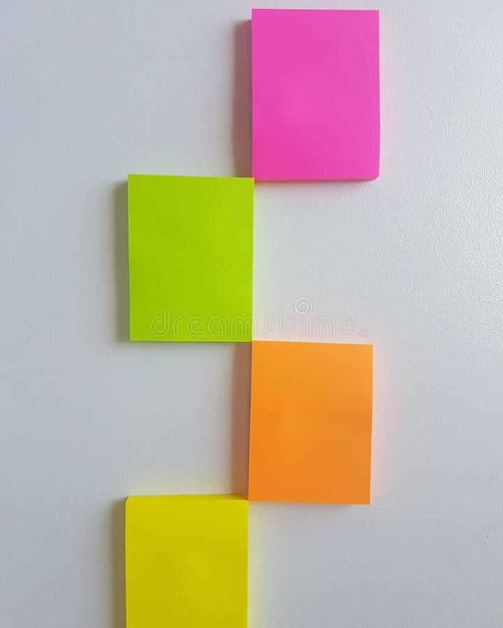La nota del color recuerda Cuatro pegamentos foto de archivo