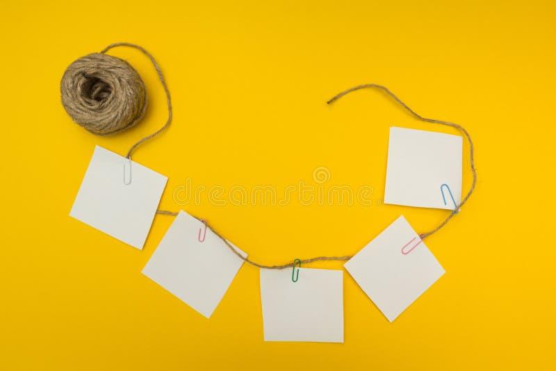 La nota di affari dell'officina di strategia di lampo di genio nota il fondo appiccicoso e giallo Composizione piana fotografia stock