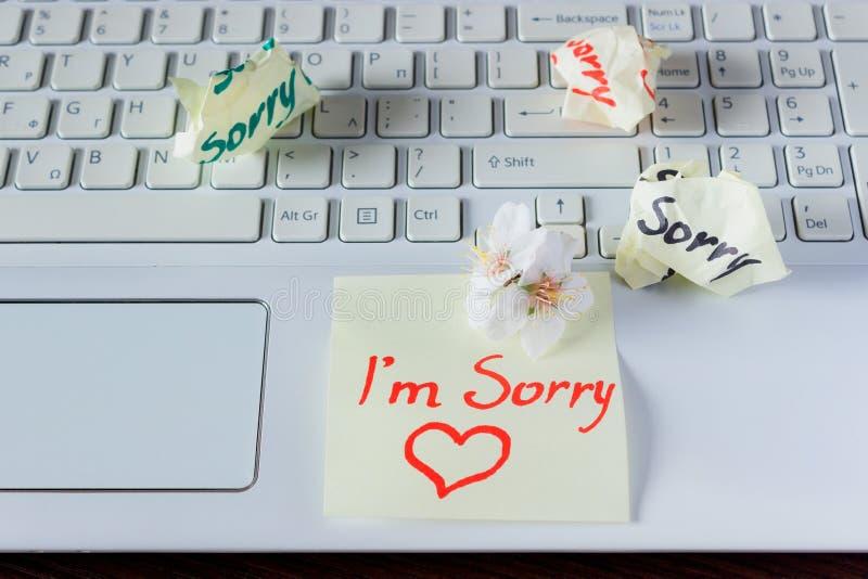 La nota manuscrita está en el teclado - I ` m triste Pequeño delicado foto de archivo