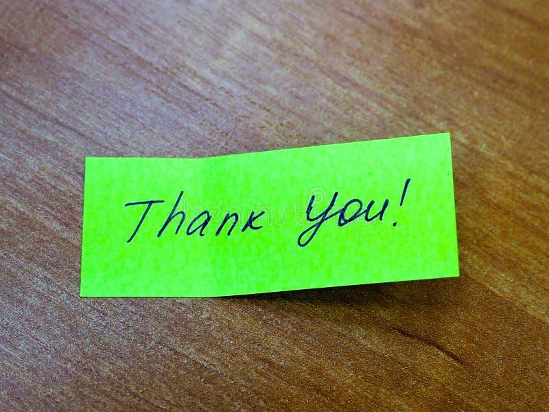 La nota pegajosa con el texto le agradece, motivación imagen de archivo libre de regalías