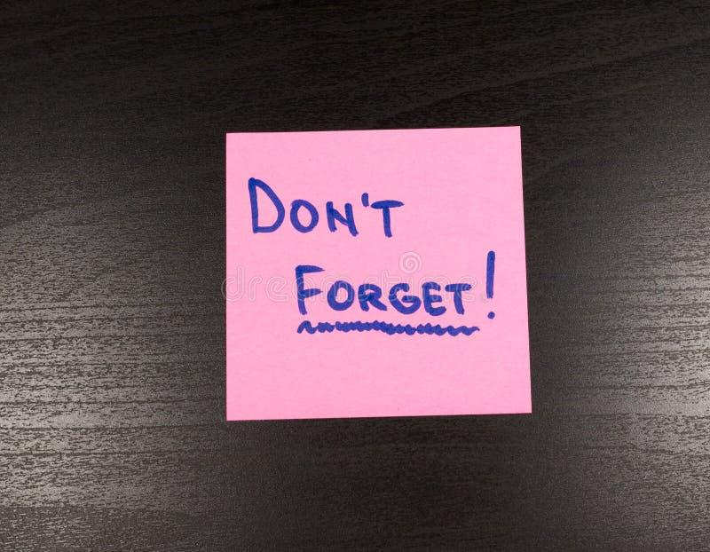 La note collante avec le texte n'oublient pas là-dessus, sur le fond en bois photo libre de droits