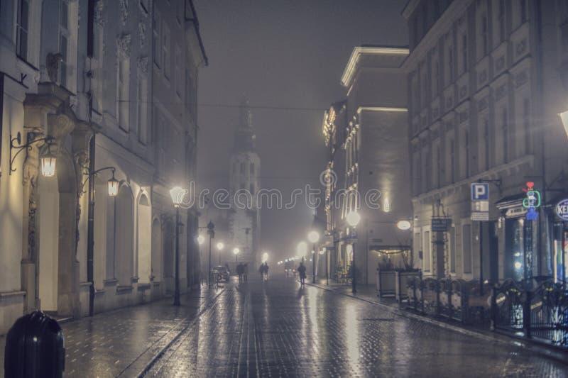 La notte cammina giù la via a Cracovia fotografia stock libera da diritti