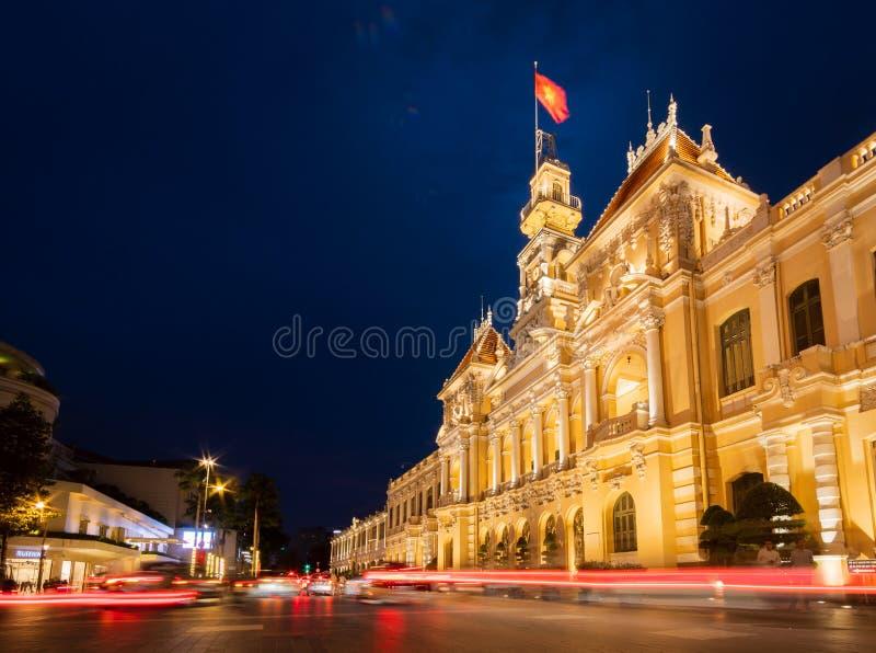 La notte girata con piste leggere e l'effetto sfuocato del traffico all'interno dell'incredibile Metropolis di Ho Chi Minh City c fotografia stock libera da diritti