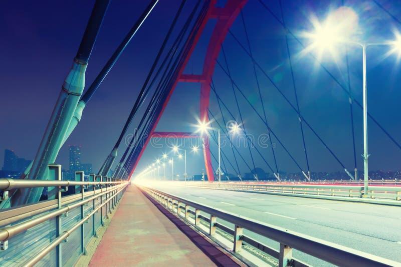 La notte ha sparato del ponte sopra il fiume Han all'isola di Yeouido - distretto aziendale di Seoul, Corea del Sud fotografie stock libere da diritti