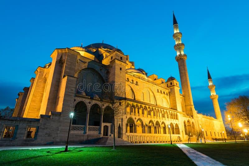 La notte ha sparato della moschea di Suleymaniye, una moschea imperiale dell'ottomano situata sulla terza collina di Costantinopo fotografia stock libera da diritti