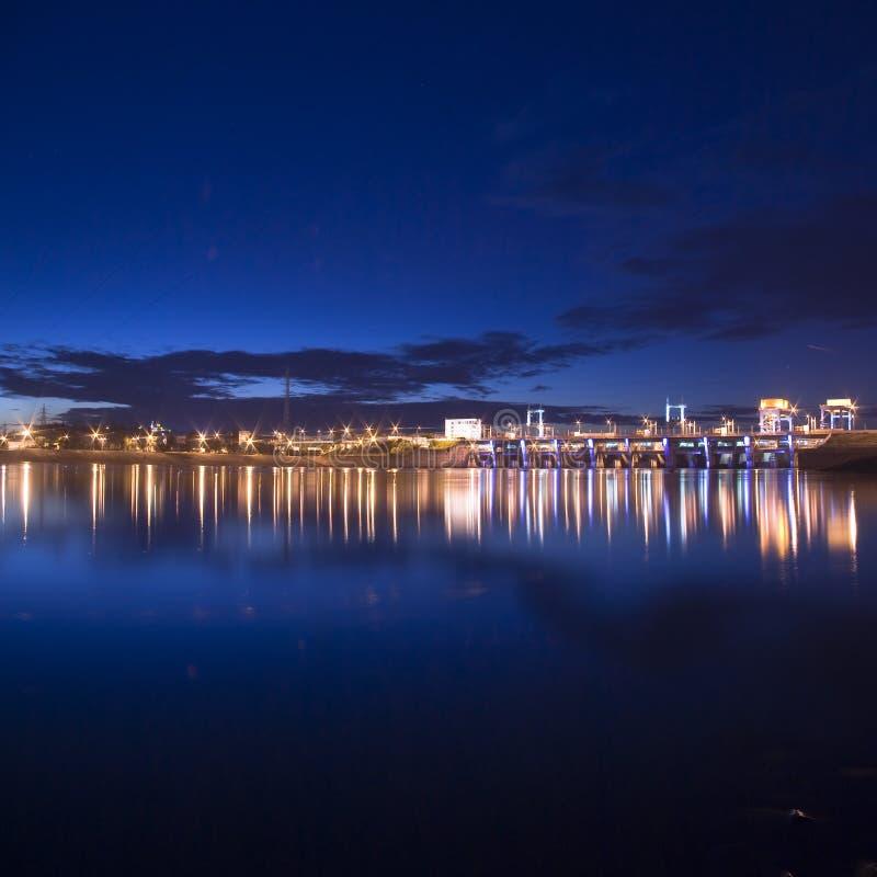La notte illumina la diga idroelettrica al fiume di Dniper immagini stock libere da diritti