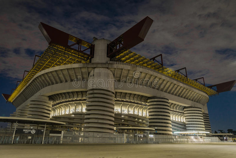 La notte a San Siro Stadium a Milano fotografia stock libera da diritti