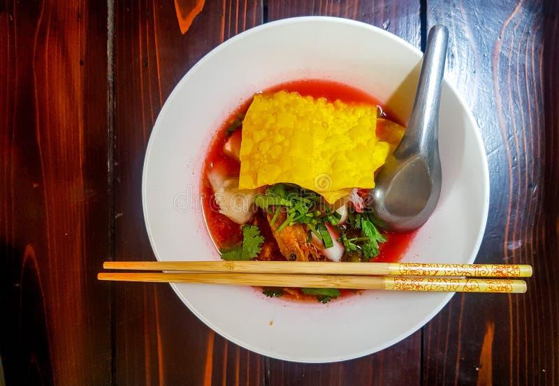 La nouille et la boulette thaïlandaises se sont mélangées à de divers ingrédients dans la soupe ou le Yentafo rouge photos stock