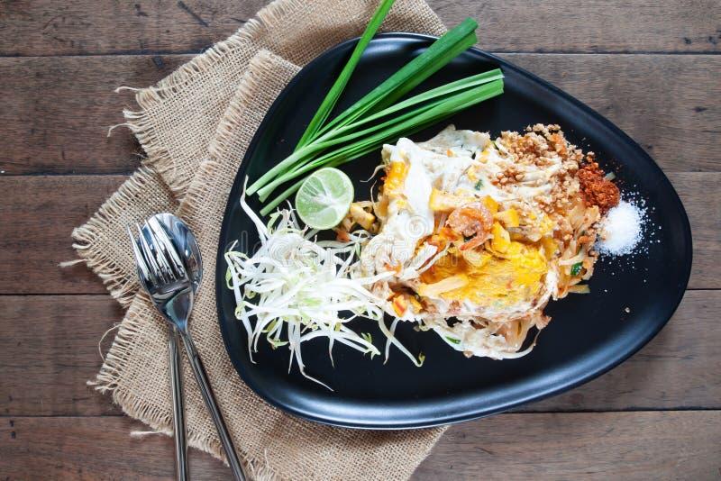 La nouille faite sauter à feu vif de vue supérieure, capitonnent thaïlandais Nourriture thaïe préférée photos libres de droits