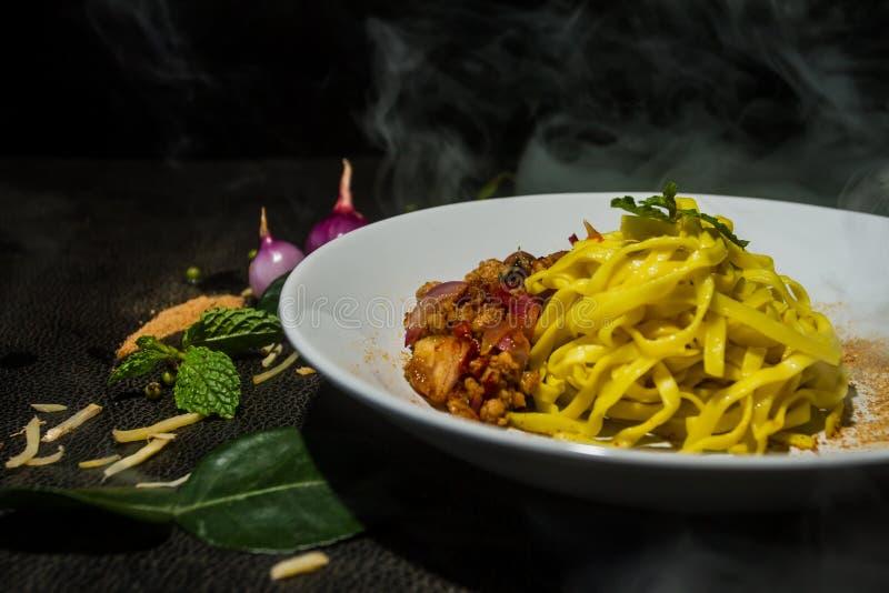 La nouille jaune frite a haché prêt à servir préparé par porc comme fond Nourriture thaïe traditionnelle images stock