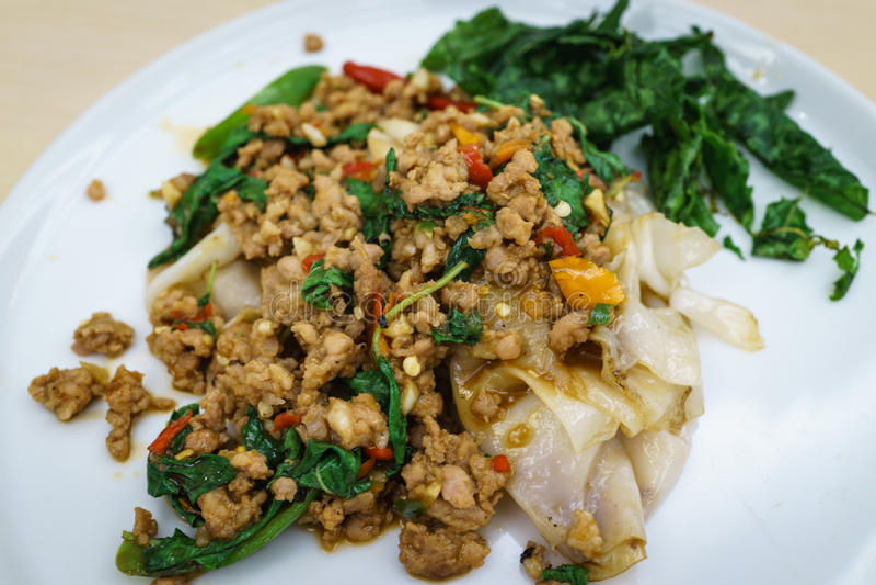La nouille orientale thaïlandaise asiatique a complété avec l'émoi traditionnel épicé franc image libre de droits