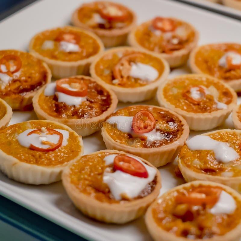 La nourriture asiatique de fusion a cuit des poissons à la vapeur avec la pâte de cari dans la tarte photo libre de droits