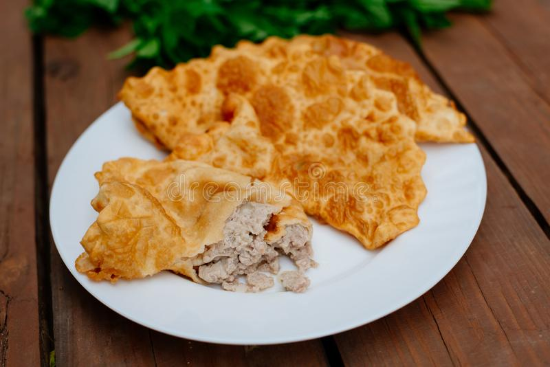 La nourriture caucasienne est un petit pâté fait à partir de la pâte sans levain mince avec l'agneau bourré et les assaisonnement image stock