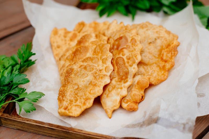 La nourriture caucasienne est un petit pâté fait à partir de la pâte sans levain mince avec l'agneau bourré et les assaisonnement photographie stock libre de droits