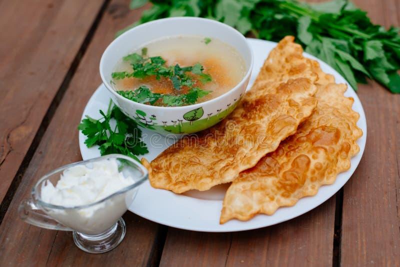 La nourriture caucasienne est un petit pâté fait à partir de la pâte sans levain mince avec l'agneau bourré et les assaisonnement photos libres de droits