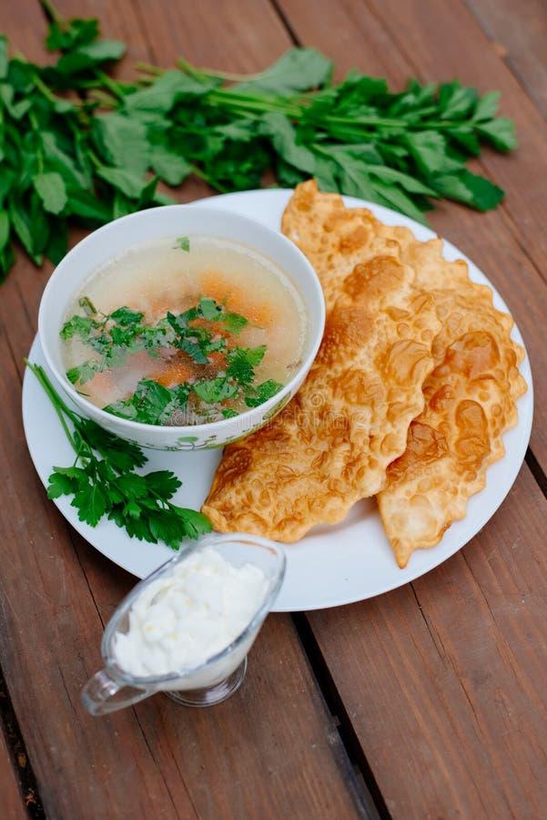 La nourriture caucasienne est un petit pâté fait à partir de la pâte sans levain mince avec l'agneau bourré et les assaisonnement photographie stock
