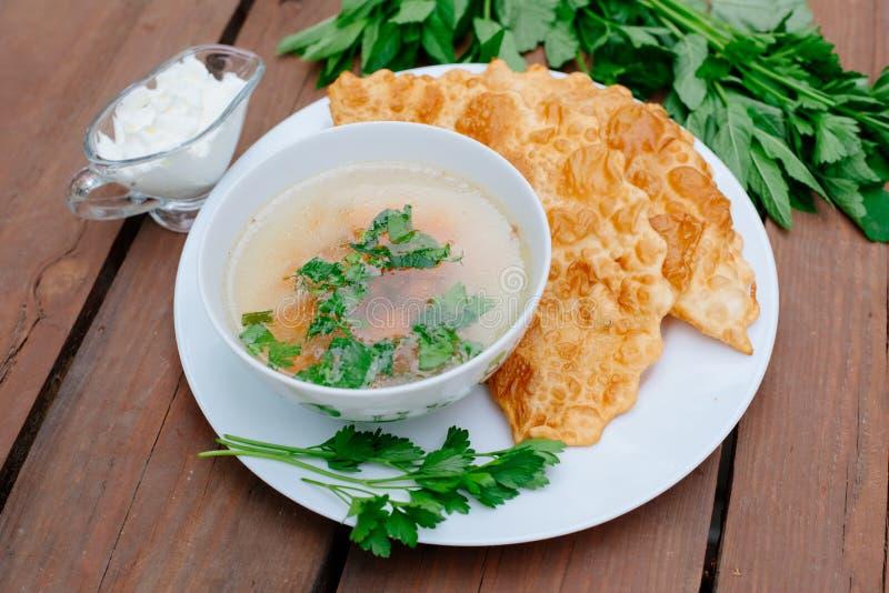 La nourriture caucasienne est un petit pâté fait à partir de la pâte sans levain mince avec l'agneau bourré et les assaisonnement images libres de droits