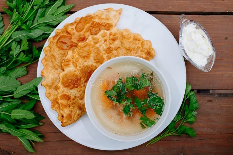 La nourriture caucasienne est un petit pâté fait à partir de la pâte sans levain mince avec l'agneau bourré et les assaisonnement image libre de droits