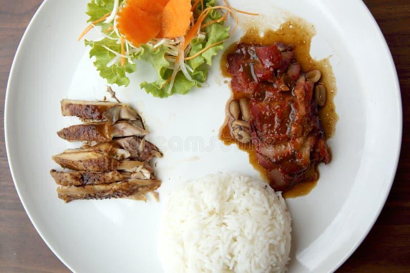La nourriture chinoise a grillé tout entier le porc avec du riz photo libre de droits