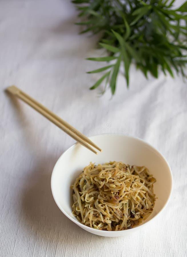 La nourriture coréenne, sprount de soja a mariné avec l'ail et la sauce de soja avec la baguette, foyer sélectif, vertical image stock